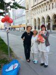 Vorm Rathaus mit Frauen