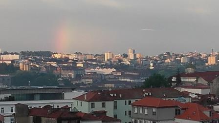 Stadt mit Regenbogen